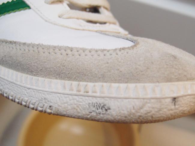 スニーカーのゴムのところについた汚れ