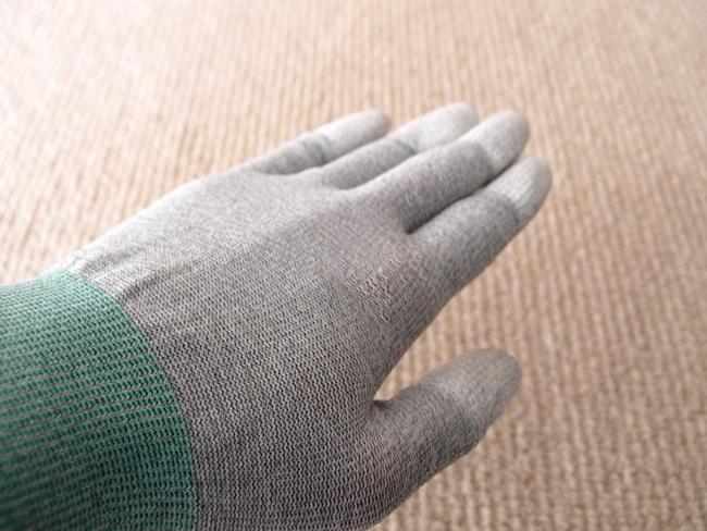 静電気防止手袋を装着