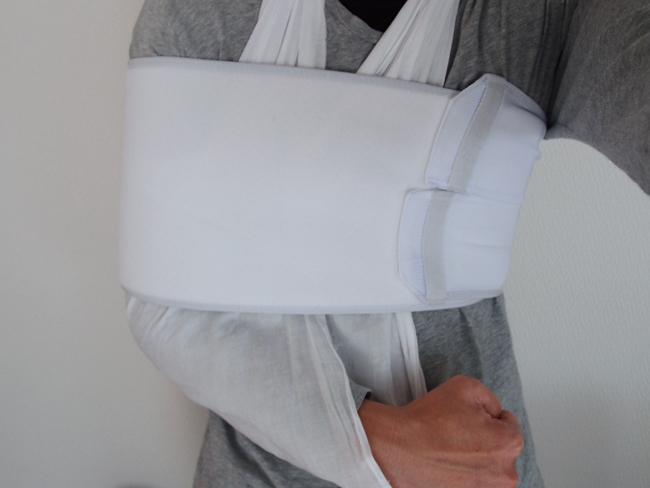 三角巾とバストバンドで肩を固定