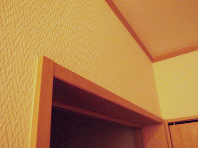 ドアの上の壁