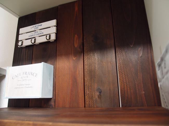 冷蔵庫の横におしゃれな棚