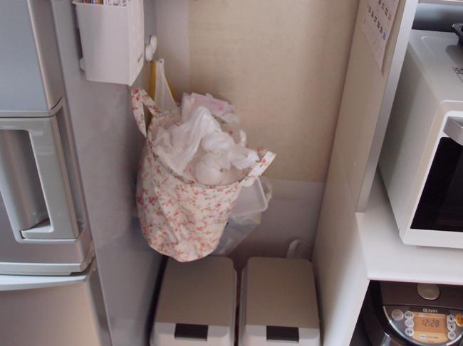 雑然とした冷蔵庫横のスペース
