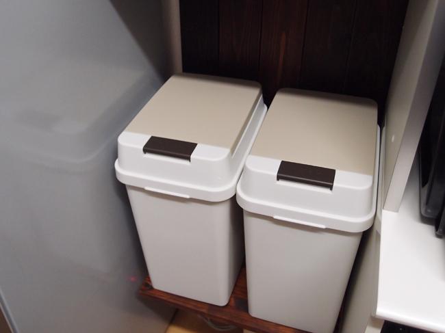 棚にゴミ箱を置く