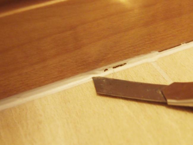 カッターでコーキングを削る