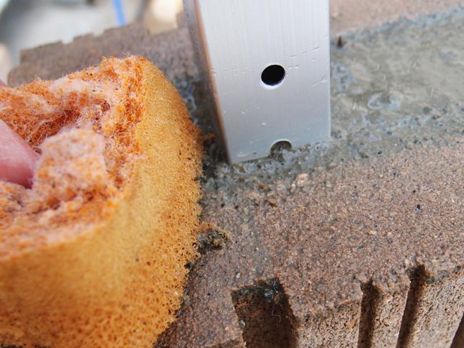 柱に付いたモルタルはスポンジで流す