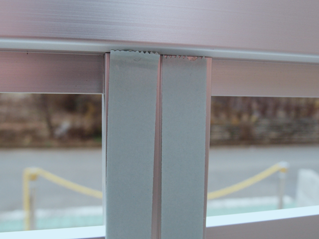 フェンスに両面テープを貼る