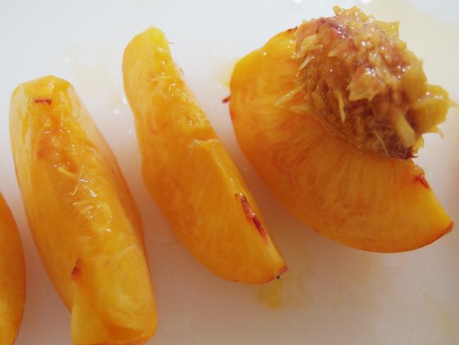 桃を種から剥がす