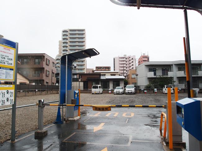広い平面駐車場