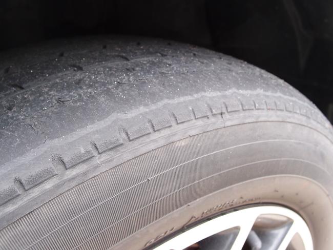 紫外線で劣化したタイヤ