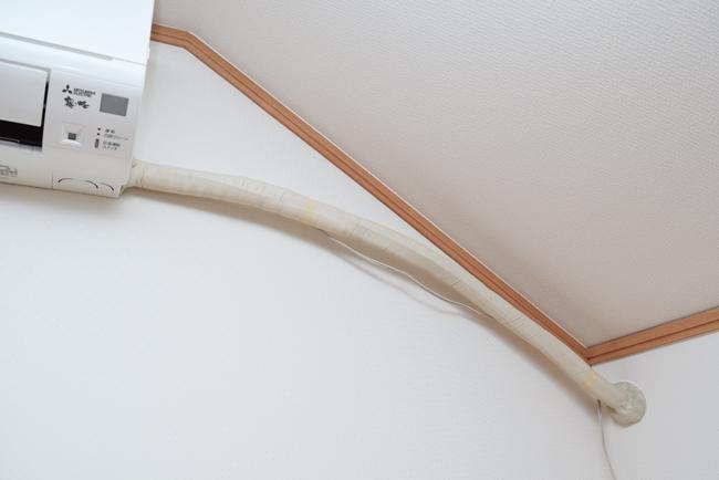 むき出しのエアコンの配管