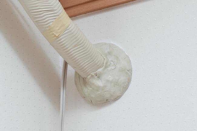 壁の隙間を埋める粘土