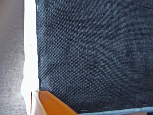 椅子の裏側に留まったホチキス
