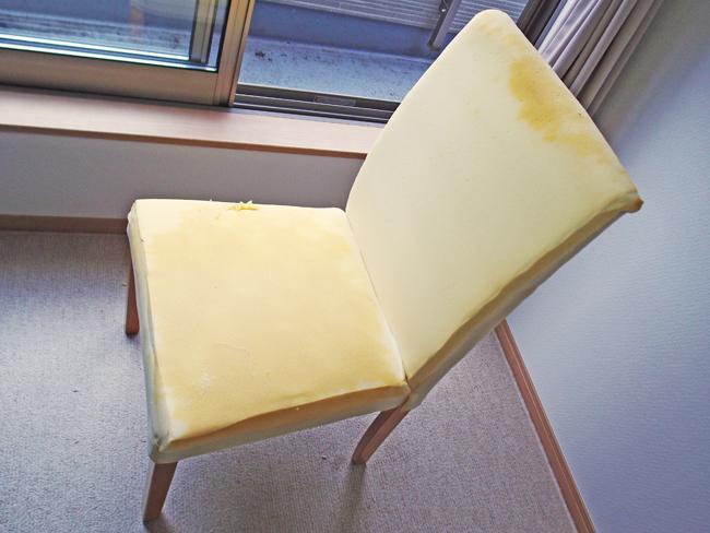 むき出しになった椅子