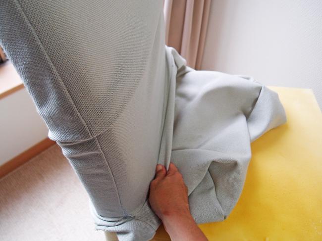 椅子カバーを背もたれに通す